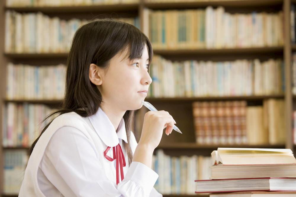 大学受験の勉強をしている女子高校生